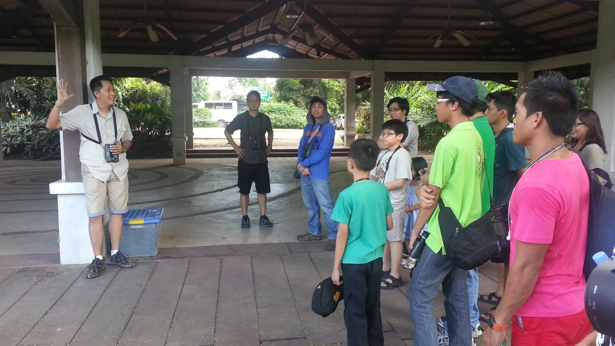 Mike giving the introductory talk about birding. Photo by Jun Osano.