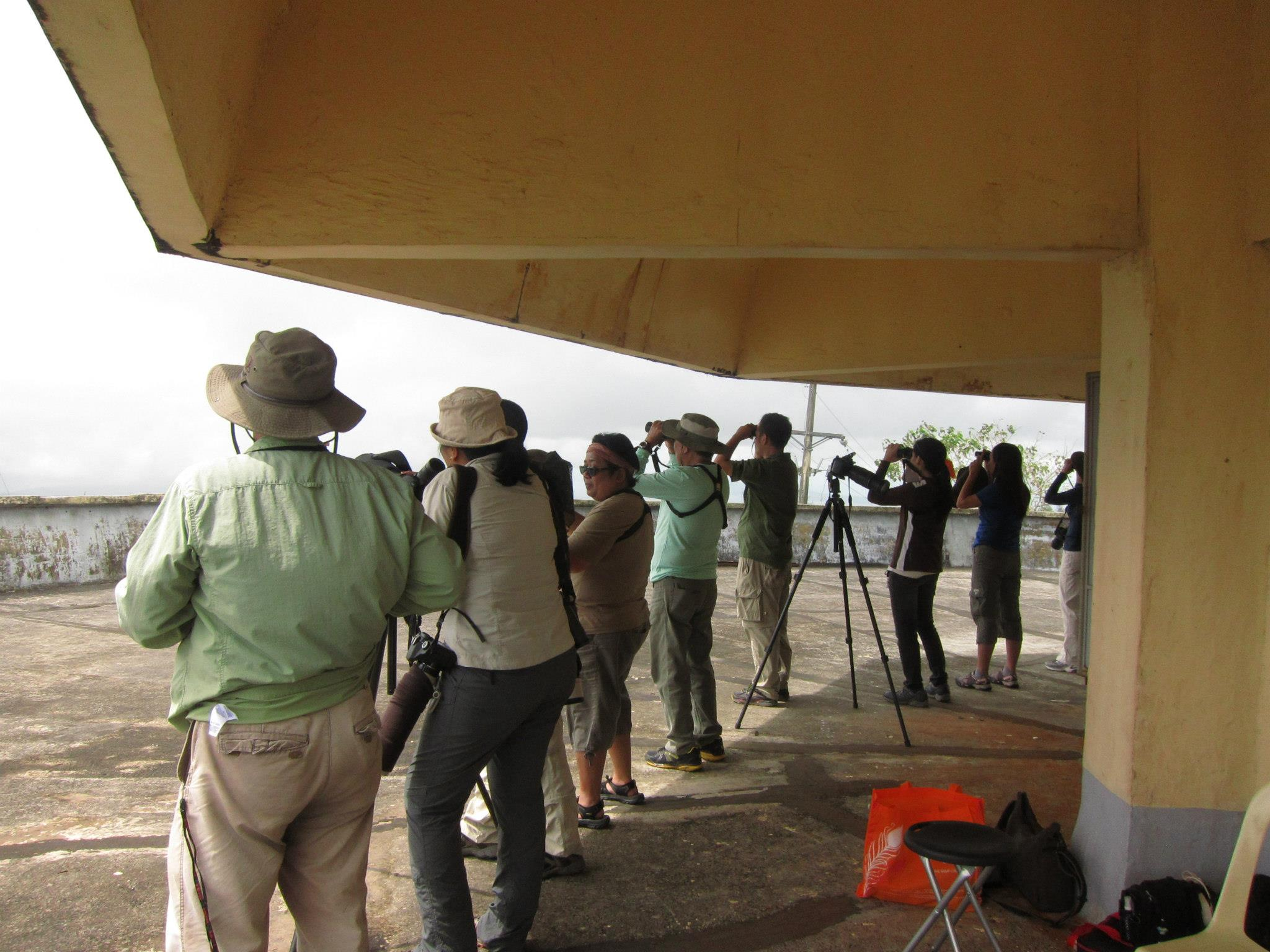 Birders watching the skies and counting raptors. Photo by Tere Cervero.