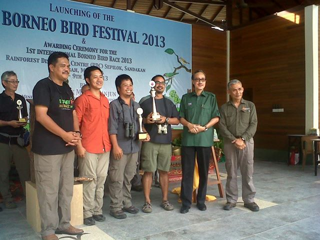 Wild Bird Club of Philippines won overall champion and Sabahleg titles. With them are Prudente (left), Masidi (second right) and Tengku Adlin (right) – Photo courtesy of Sandakan Borneo Bird Club.