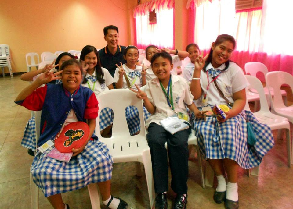 Mike Lu posing with some students of the Don Pablo Lorenzo High School. Photo by Tinggay Cinco