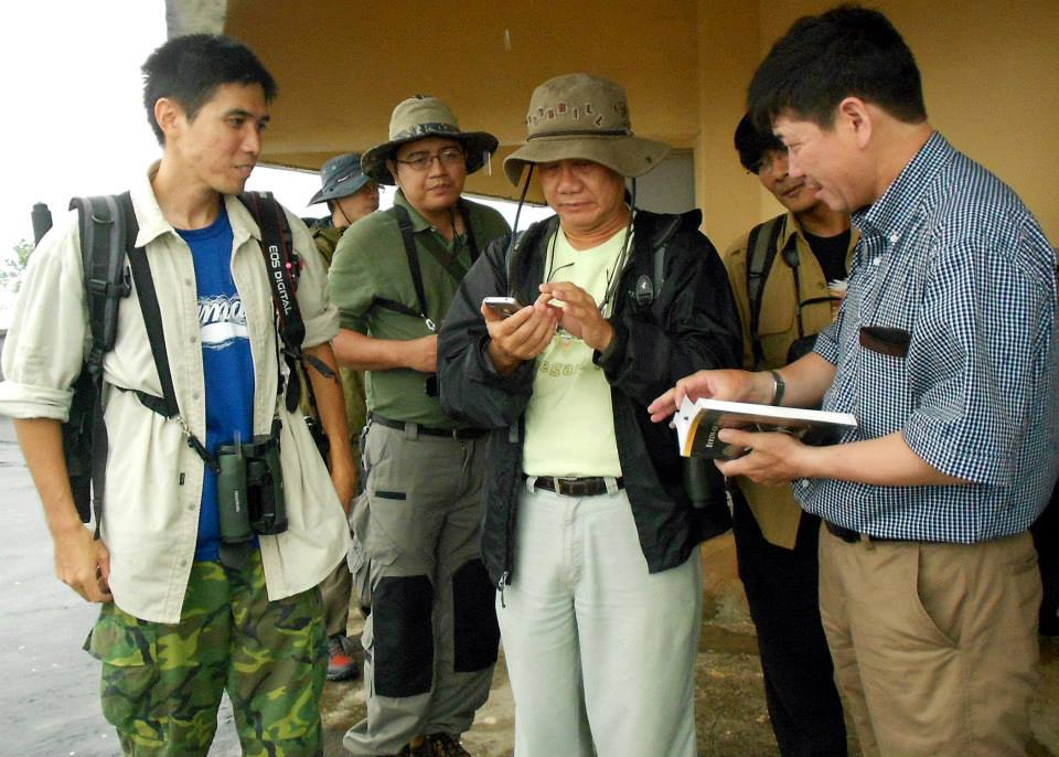 Serious discussions among raptor enthusiasts in the PAGASA Weather Station in Tanay. Photo by Tinggay Cinco