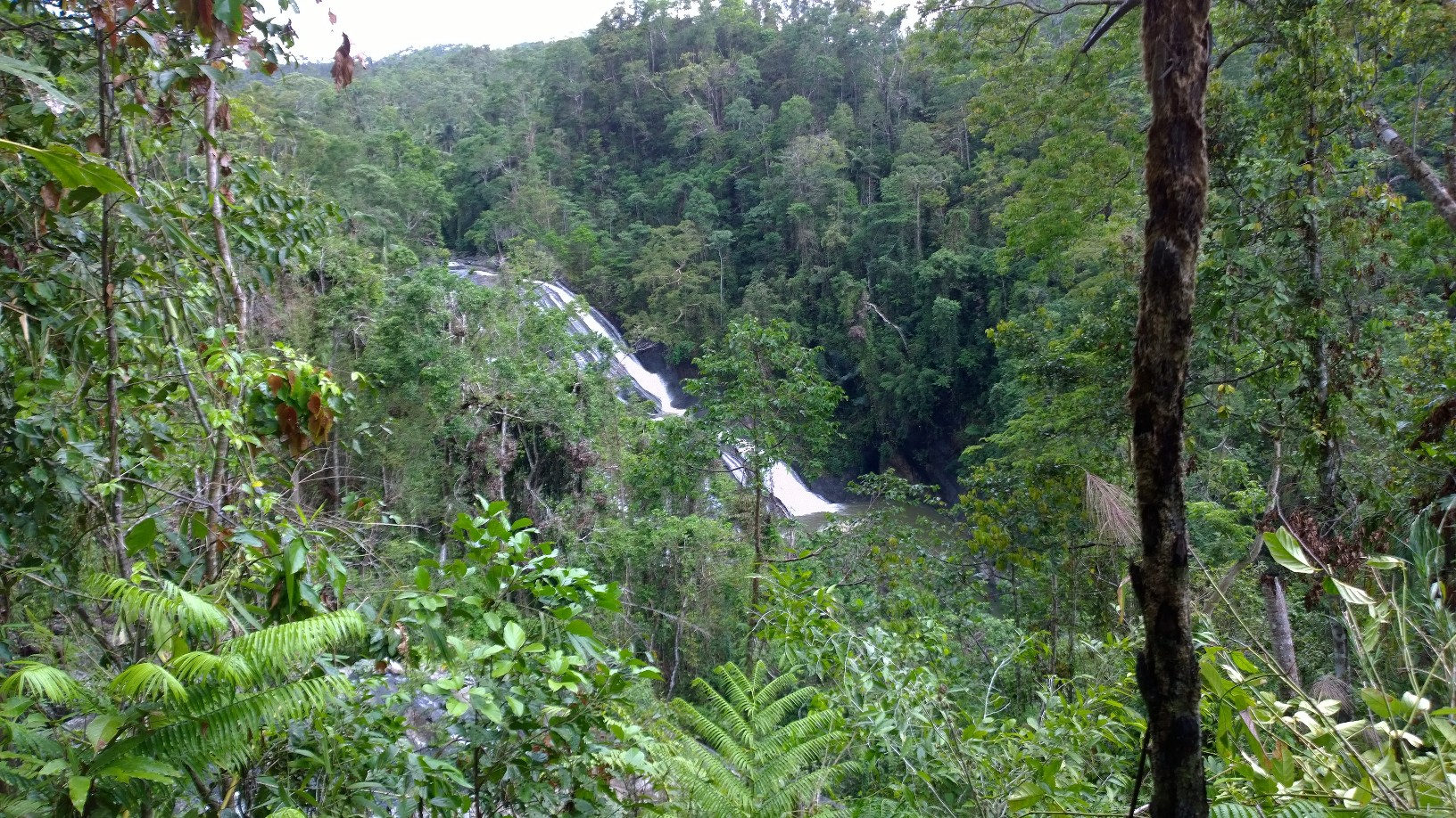 The biggest waterfall in the Sitio Maapon area. Photo by Alexander Elias.